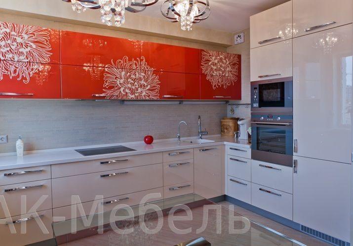 Бело оранжевая кухня с рисунком, угловая глянец