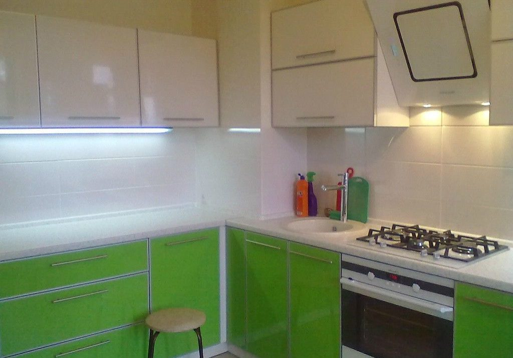Пластиковая кухня бело-зелоного цвета