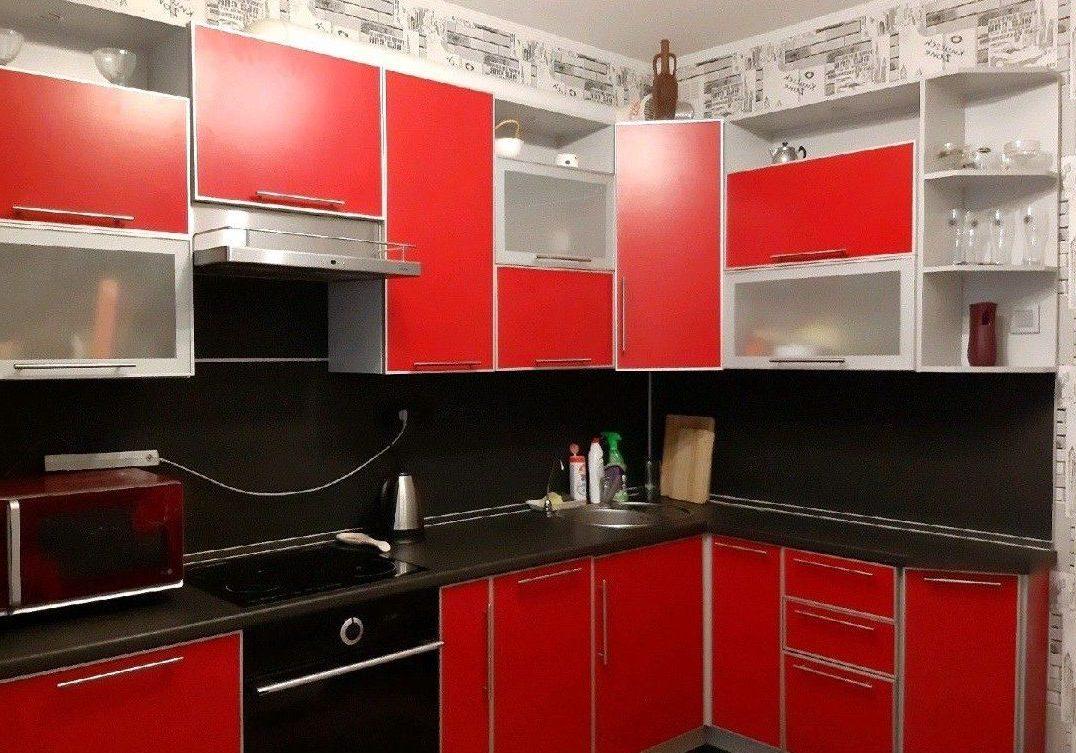 Пластиковая кухня с красными фасадами