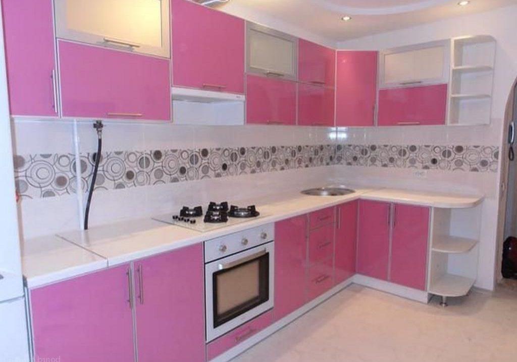 Пластиковая кухня с розовыми фасадами