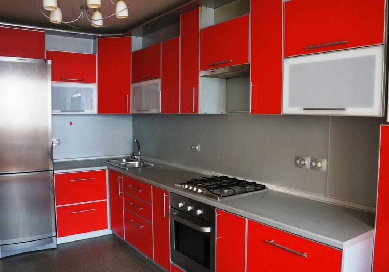Пластиковая кухня с ярко красными фасадами