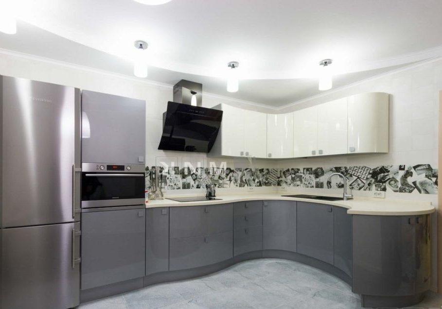 Полукруглая гнутая серо-белая кухня МДФ глянец с барной стойкой