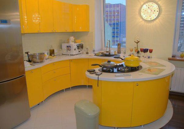 полукруглая желто-белая кухня, п-образная, под окно, угловая, хай-тек