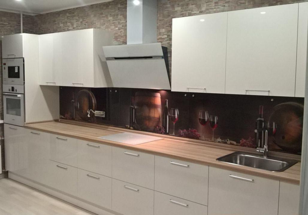 Прямая белая кухня глянец с деревом