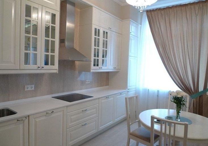 Прямая белая кухня модерн, матовая со стеклом