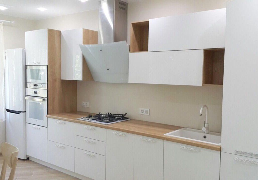 Прямая белая кухня с деревом, глянец