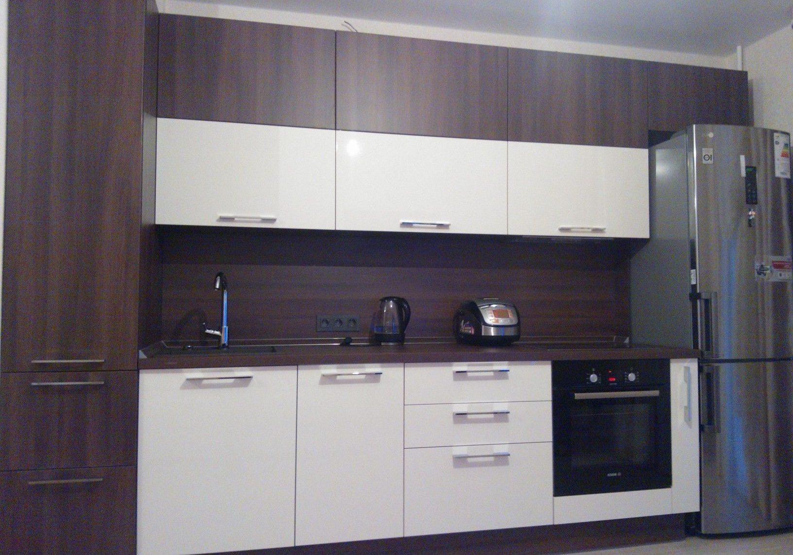 Прямая белая кухня с деревом
