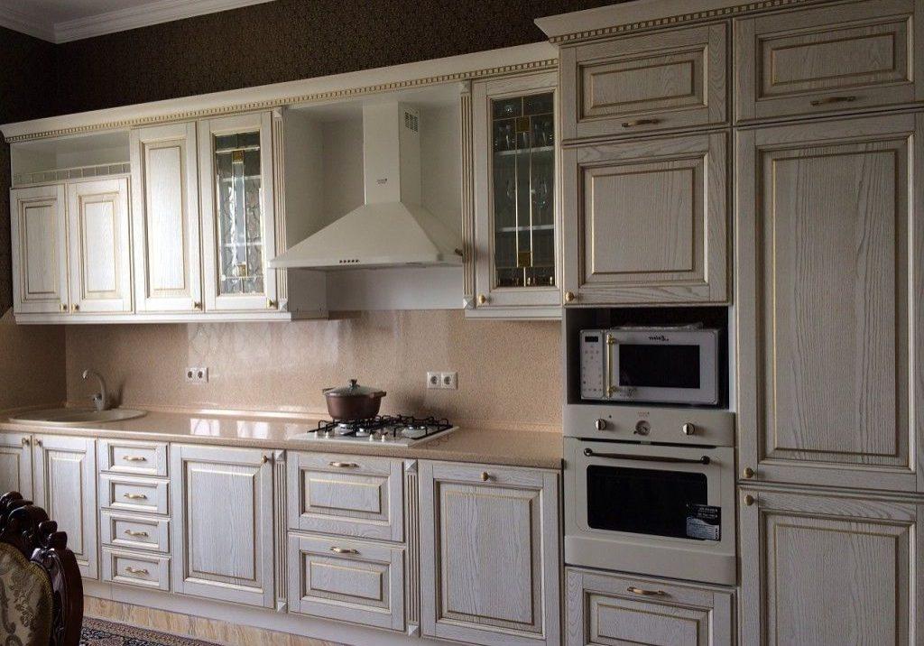 Прямая белая кухня с коричневой патиной, классика, модерн