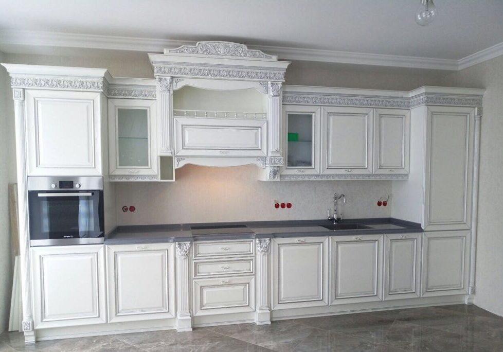 Прямая белая кухня с патиной, классика, барокко, матовая