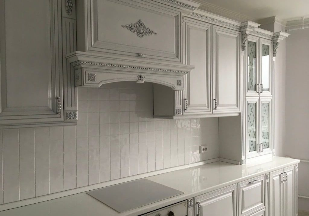 Прямая белая кухня с серебристой патиной