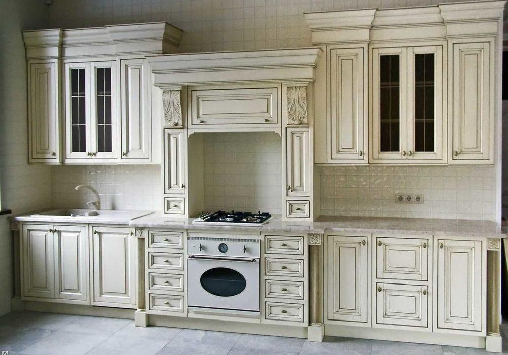Прямая белая кухня с серой патиной