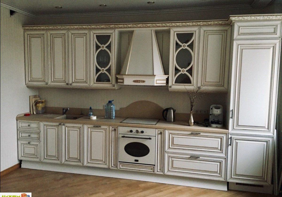 Прямая белая кухня с золотистой патиной