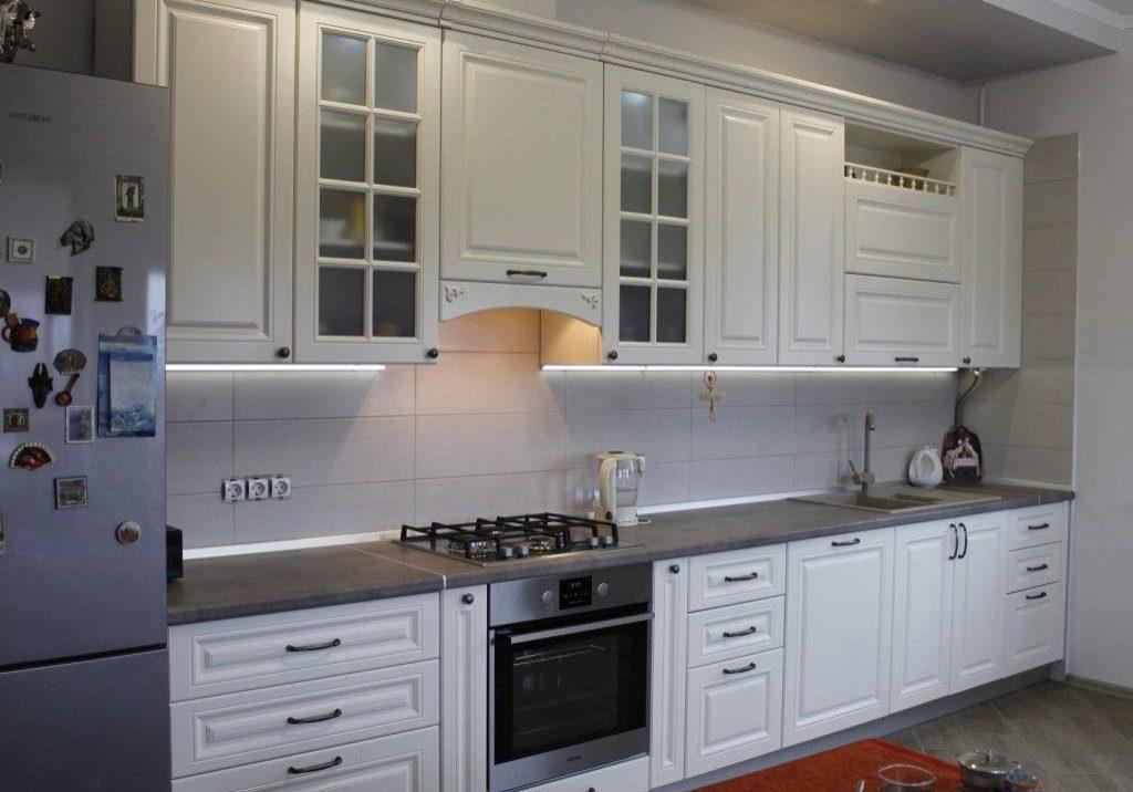 Прямая белая модерн кухня, матовая