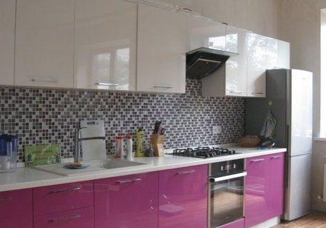 Прямая бело фиолетовая кухня, глянец
