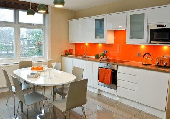 прямая бело-оранжевая кухня глянцевая МДФ эмаль