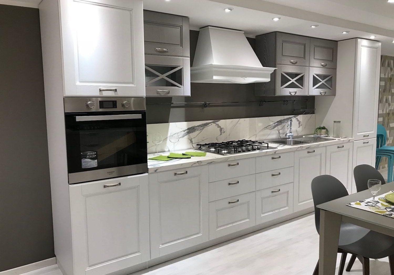 Прямая бело-серая кухня модерн матовая