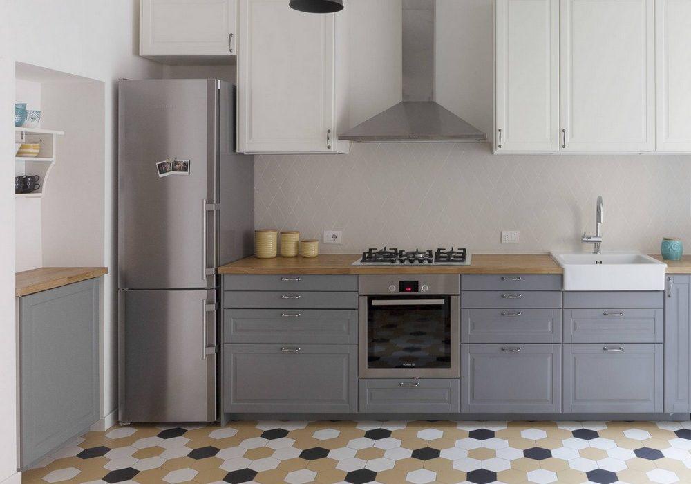 Прямая бело-серая матовая кухня с деревянной столешницей