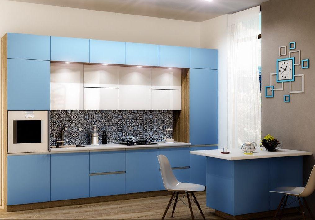 Прямая бело синяя кухня с деревом и барной стойкой