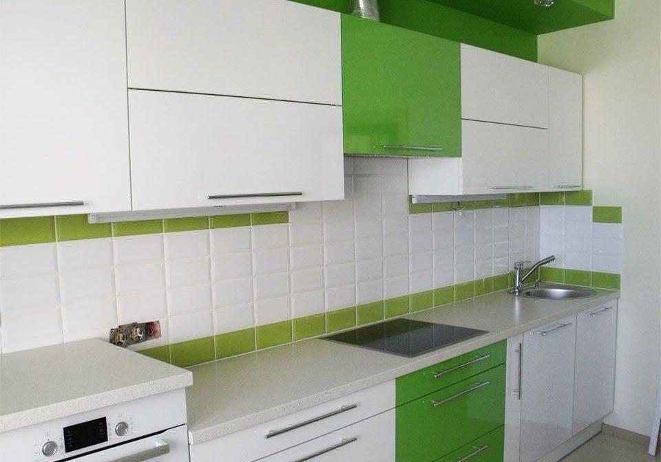 Прямая бело зеленая кухня