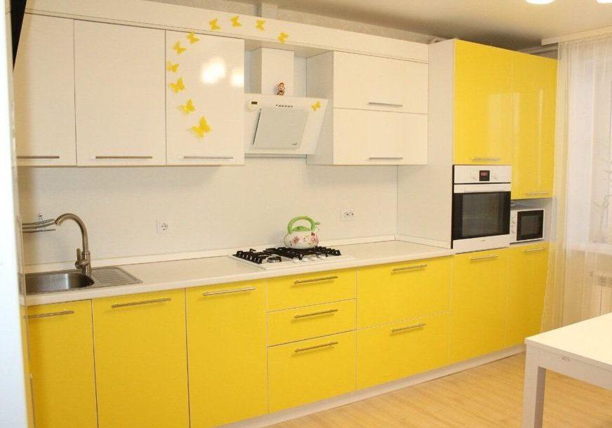 Прямая бело-желтая глянцевая кухня пластик