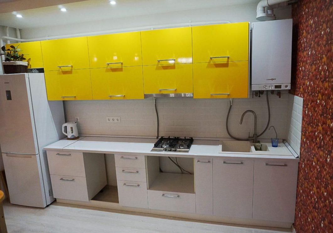 Прямая бело-желтая кухня МДФ пленка, глянец
