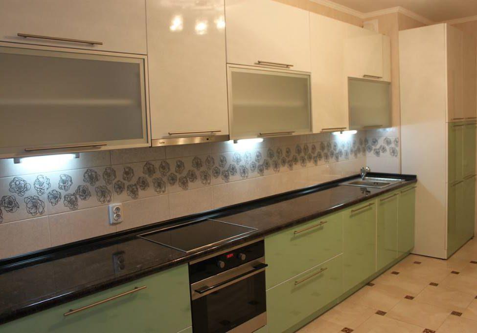 Прямая бежево-зеленая кухня глянец