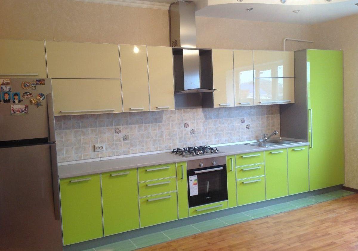 Прямая бежево-зеленая кухня с фасадами пластик