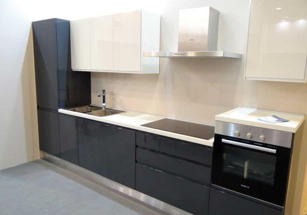 Прямая черно-белая кухня глянец,темно-серая, маленькая