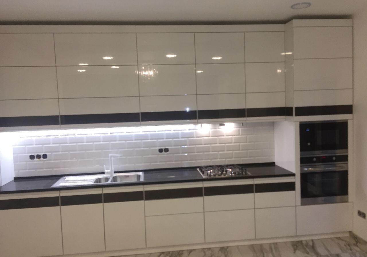 Прямая черно-белая кухня