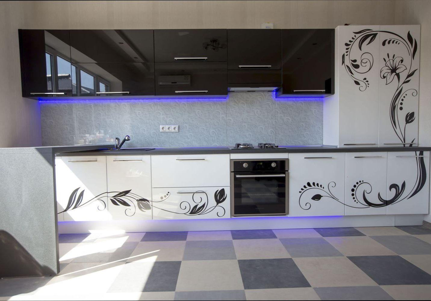 Прямая черно-белая кухня с рисунком и барной стойкой