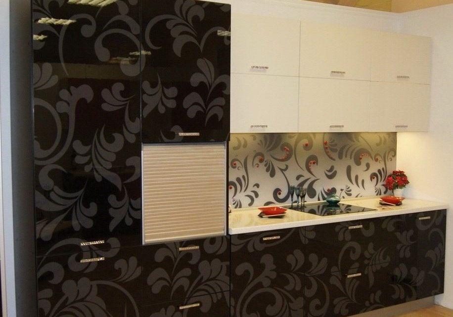 Прямая черно-белая кухня с рисунком