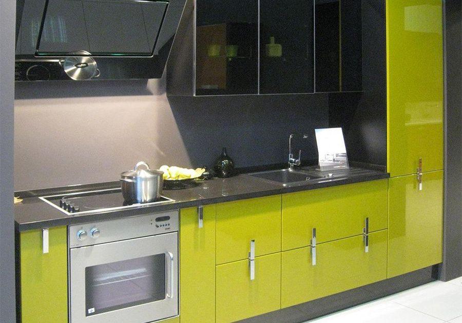 Прямая черно-зеленая кухня с фасадами МДФ, низ и колонка эмаль, верх пластик, глянец