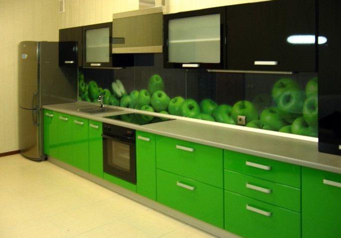 Прямая черно-зеленая кухня с скинали