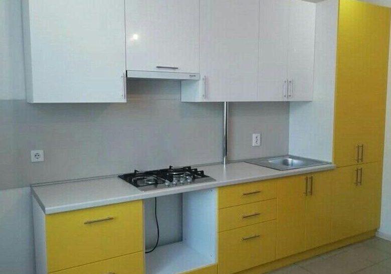 Прямая глянцевая бело-желтая кухня, маленькая