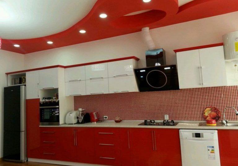 Прямая глянцевая красно-белая кухня