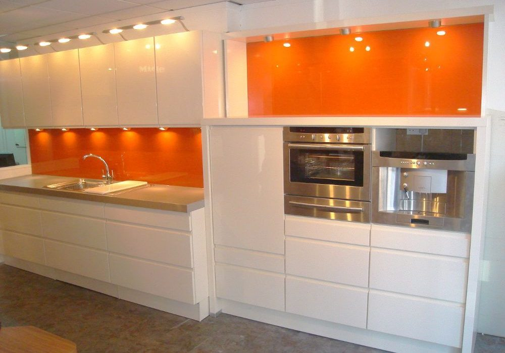 Прямая глянцевая кухня бело-оранжевая современная эмаль