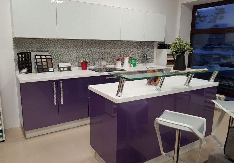 Прямая красно-белая кухня, фиолетовая, с островом, глянец