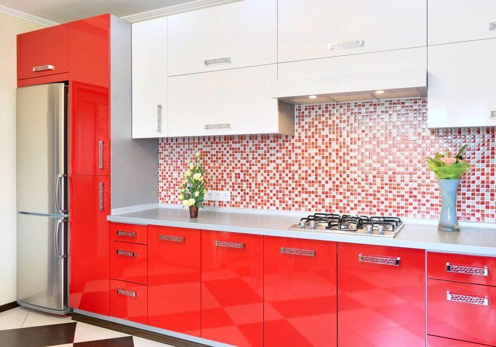 Прямая красно-белая кухня глянец МДФ