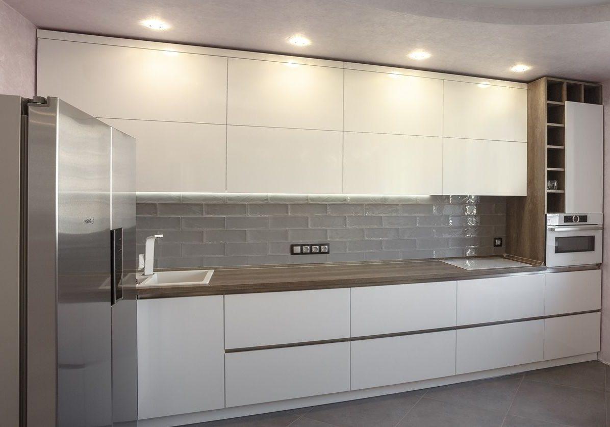 Прямая кухня белая с деревом, МДФ пленка