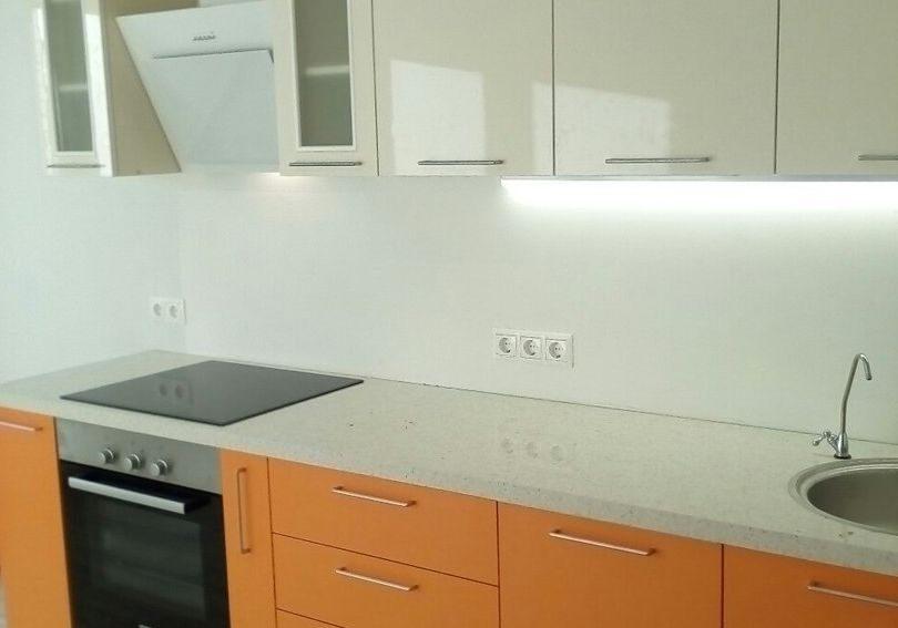 Прямая кухня бело-оранжевая глянец