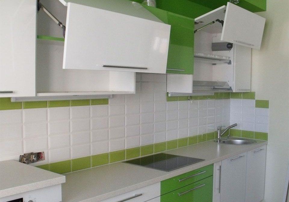 Прямая кухня болый и зеленый