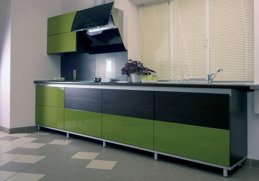 Прямая кухня черно-зеленого цвета без верха, под окно