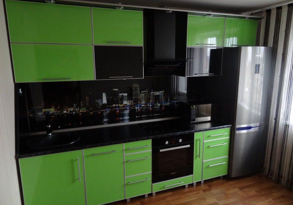 Прямая кухня черно-зеленого цвета с пластиковыми фасадами, глянец в алюминиевой рамке