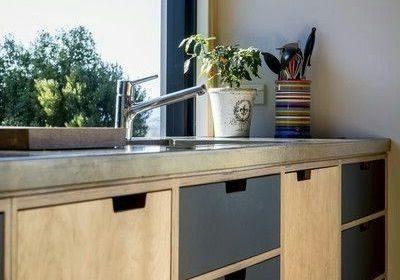 Прямая кухня из фанеры под окно