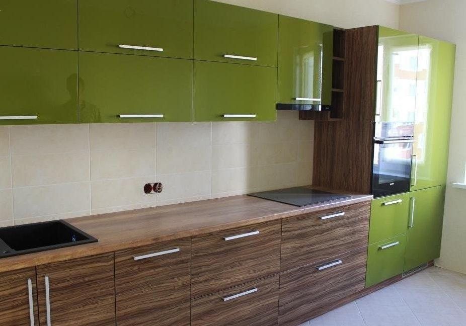Прямая кухня с фасадами под дерево и зеленого цвета,пластик