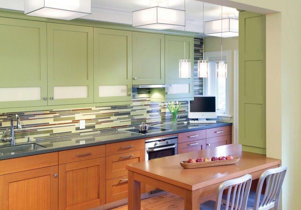 Прямая кухня с зелеными и под дерева фасадами