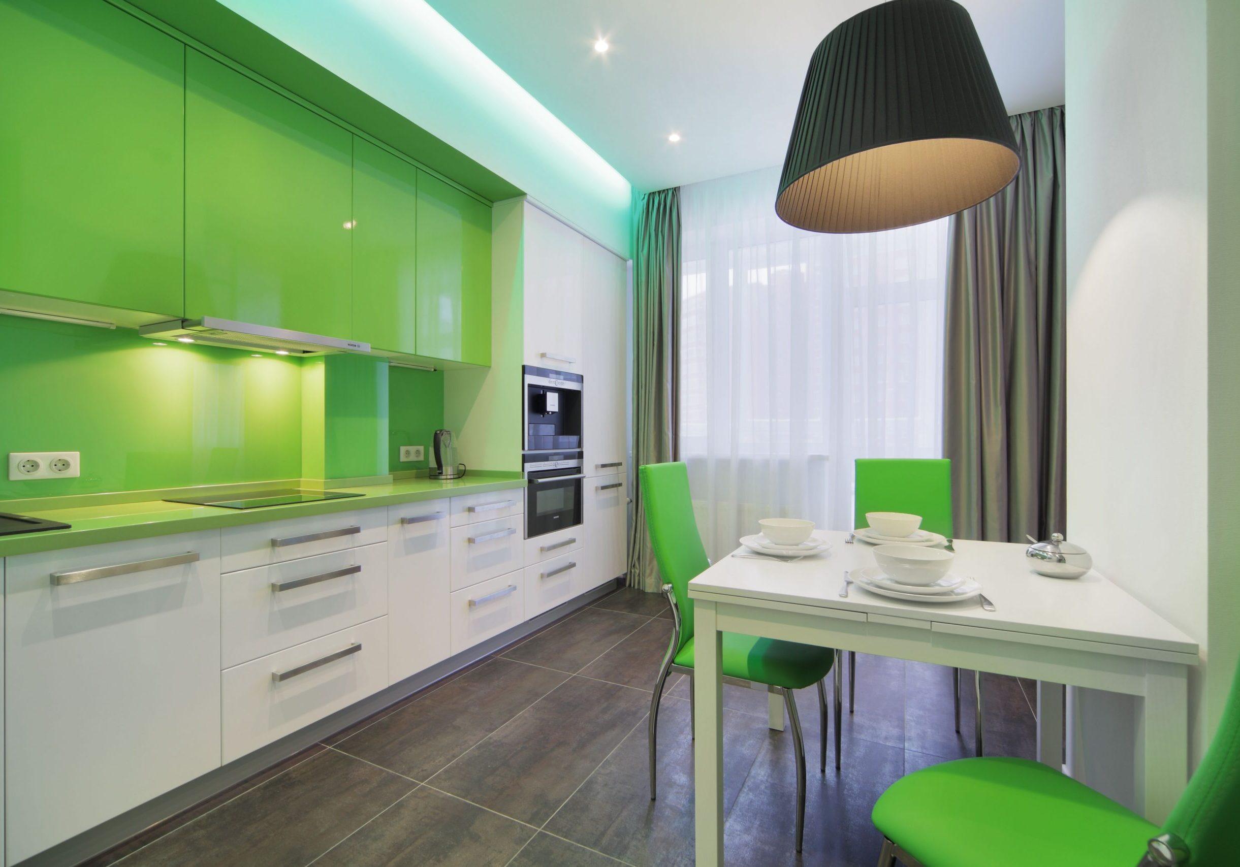 Прямая кухня с зелеными крашенными фасадами