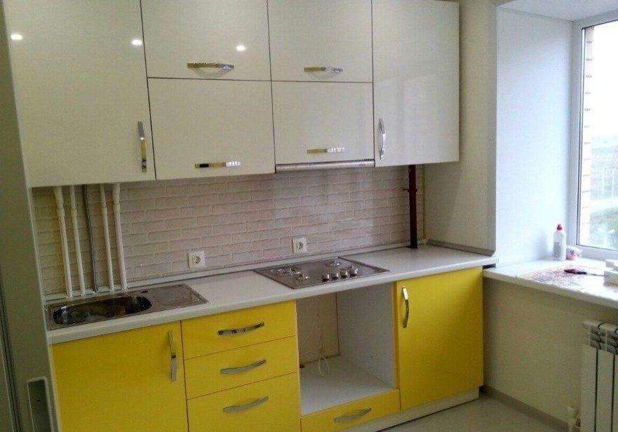 Прямая маленькая бело-желтая кухня пластик и пленка