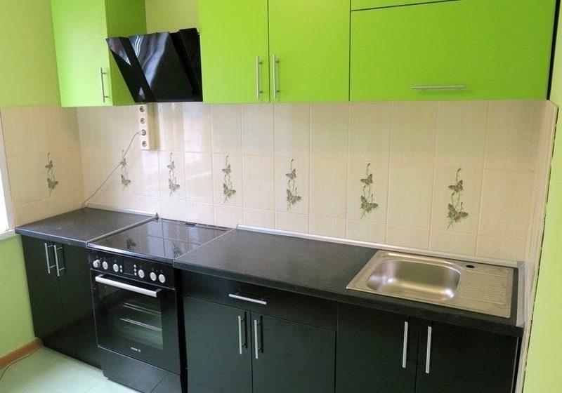 Прямая маленькая кухня с черно зелеными матовыми фасдами