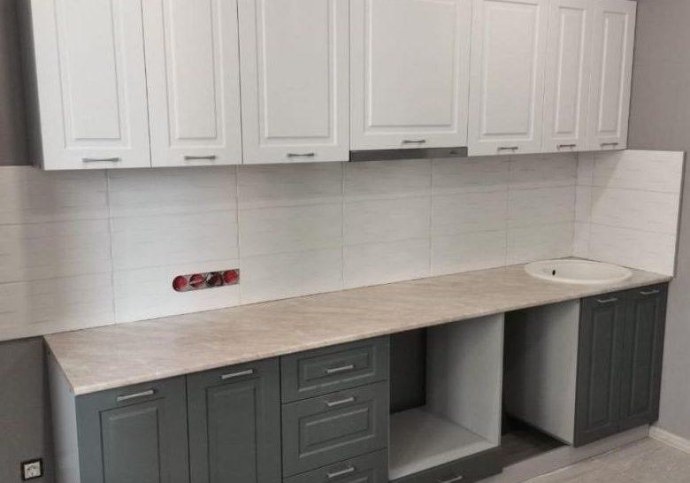 Прямая маленькая бело-серая кухня, матовая, модерн
